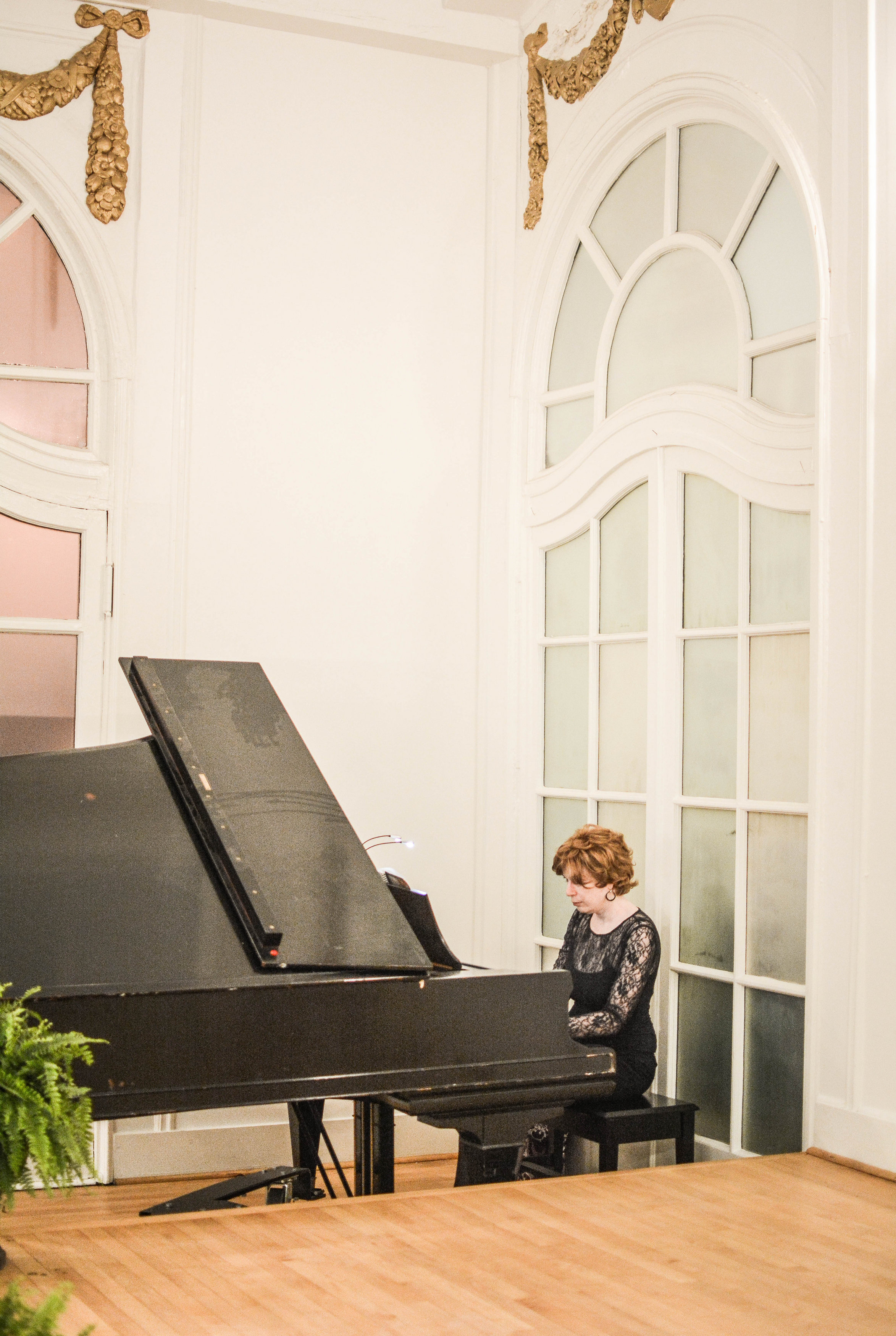 Atlanta Pianist Jennifer Blaske playing baby grand piano for wedding ceremony and cocktail hour at Wimbish House on Peachtree Street